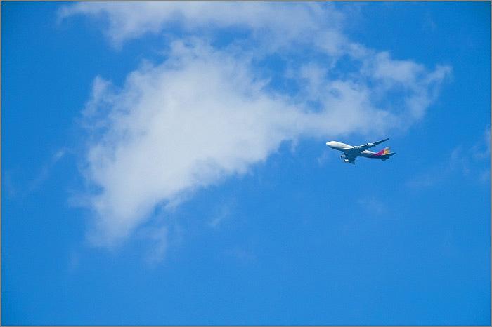 Китаянка пыталась выйти из самолета во время полета